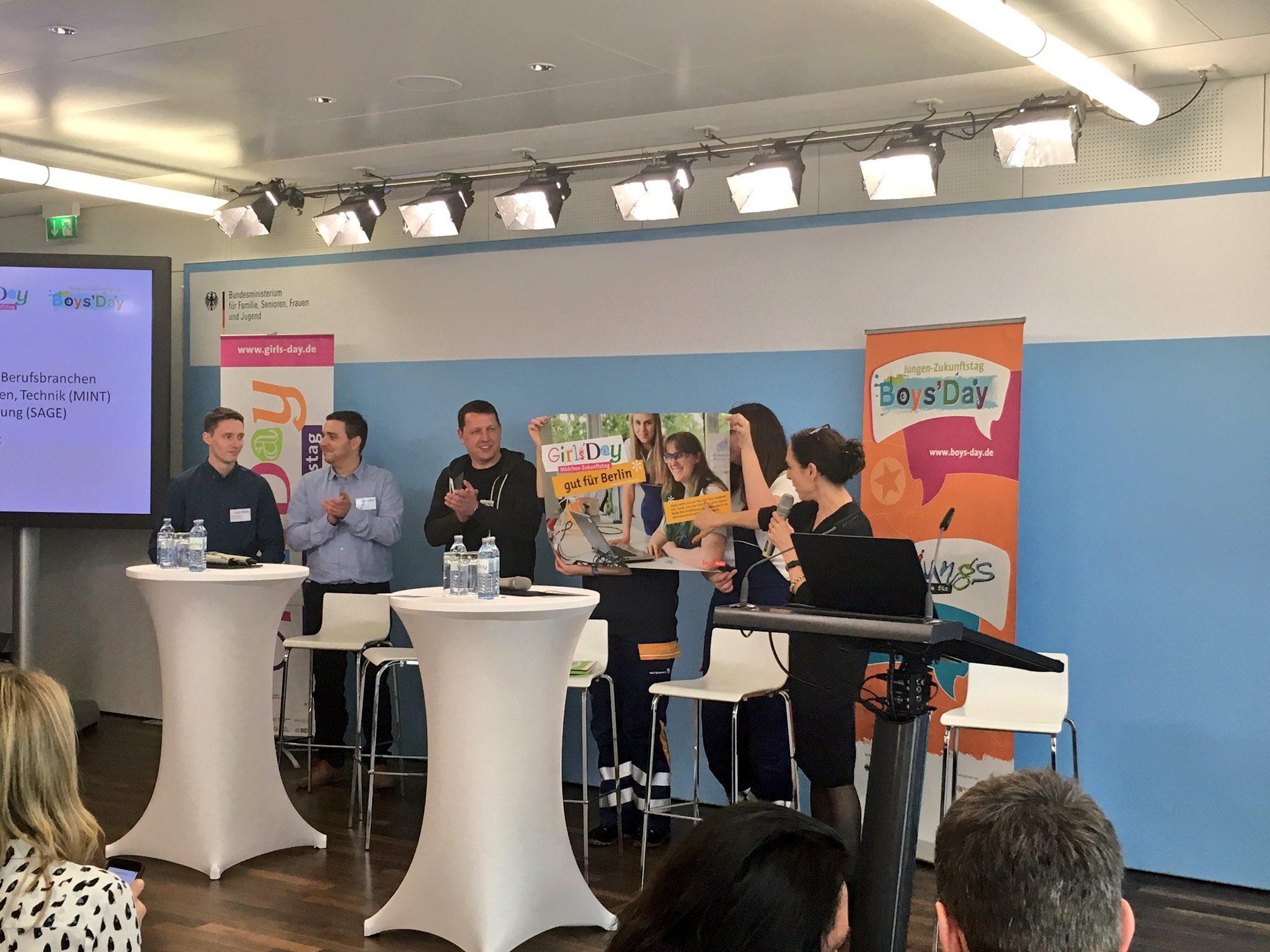 Berühmt in Berlin: Die Elektonikerinnen von @Vattenfall_De bei uns auf dem Podium #klischeefrei #girlsday https://t.co/ec4WMwNU8D