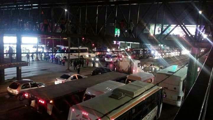 Cerrada la circulación por #bloqueo en la Vía #LópezPortillo a la altura de Guadalupe Victoria, caos en la zona, <br>http://pic.twitter.com/dPXntkPunB
