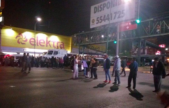 #AMPLIAMOS Tránsito colapsado en #lopezportillo en límites de Ecatepec y Coacalco en protesta vecinal por agua  http:// bit.ly/2mKLVuB  &nbsp;  <br>http://pic.twitter.com/Z1dYF34RQN