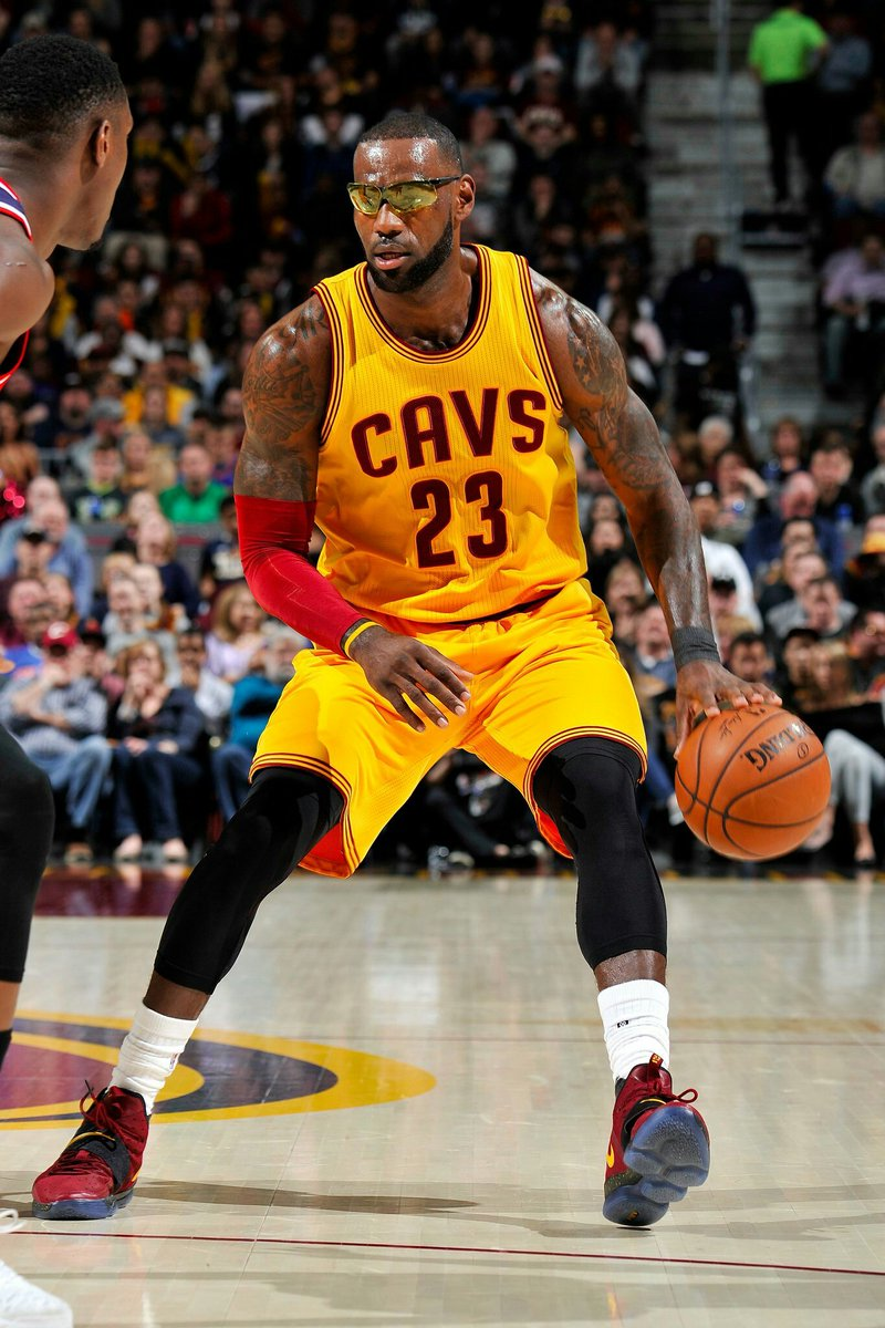 Oh myBig bless to @KingJames eyes.Please don&#39;t get anything wrong. #Recover #immediately <br>http://pic.twitter.com/UXtRluHmPl