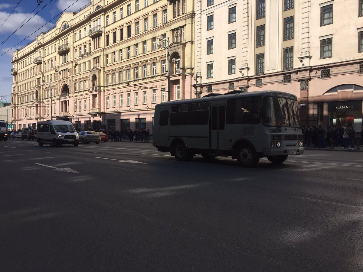 More riot police buses rolling down Tverskaya. https://t.co/y1dLqF9eVI