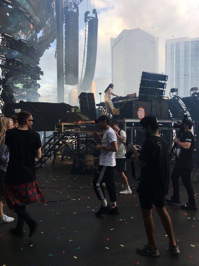 #NEW | Louis amis dans les backstage des #Ultra2017  hier soir.   25/03/17<br>http://pic.twitter.com/VYlwNRumDA