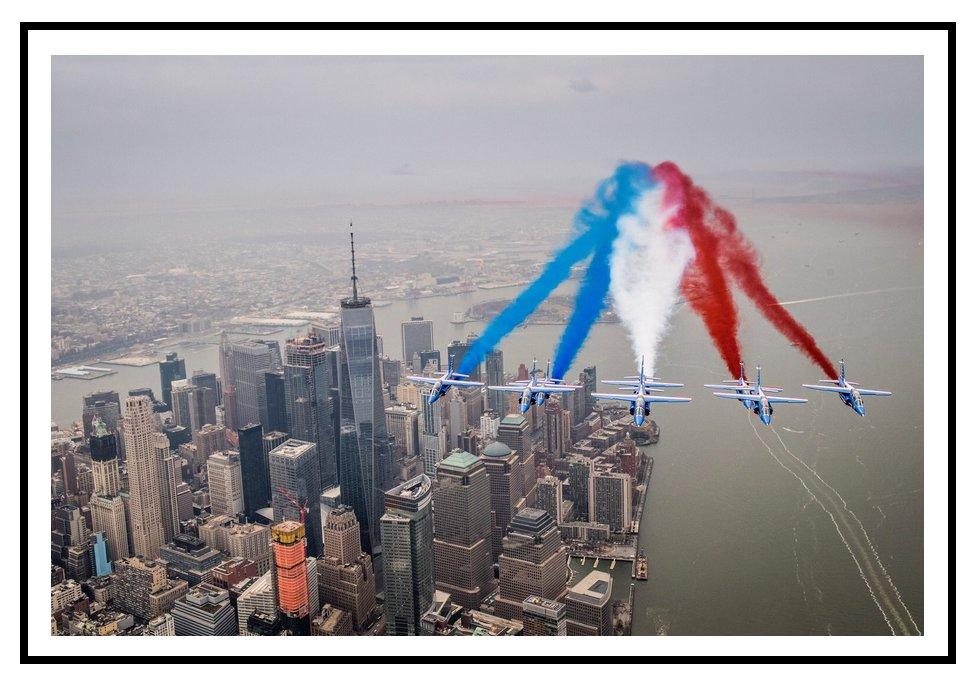 Après avoir atteint l'Amérique par le Groenland,la Patrouille de France a survolé ce WE #Manhattan #NewYork #USA #PAFofficiel #Armee_de_lair<br>http://pic.twitter.com/fzcfmRrPhf