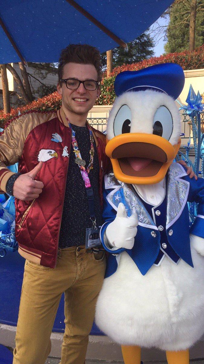 Il a pas aimé ma casquette et mes gants Mickey  #Donald #Disneyland <br>http://pic.twitter.com/RUz0RXzQNe