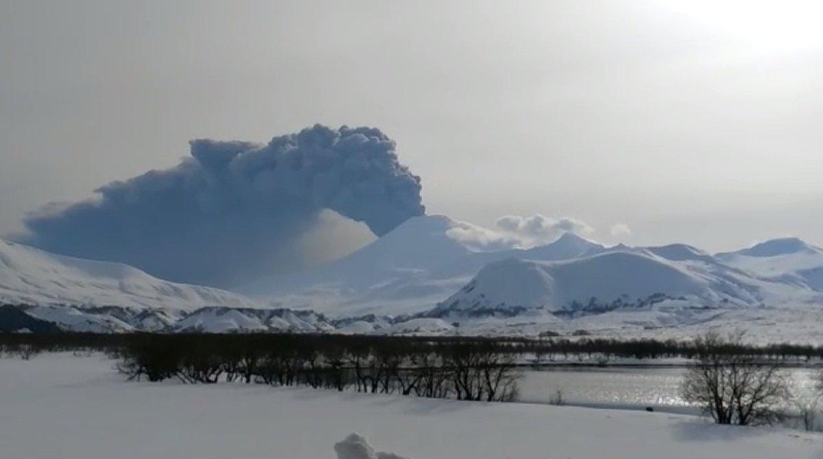 #VIDEO Le volcan #Kambalny au #Kamchatka crache des nuages de #cendre après 200 ans de sommeil  https:// francais.rt.com/international/ 35842-volcan-kambalny-dans-kamchatka-crashe &nbsp; … <br>http://pic.twitter.com/wLkvXCkxYu