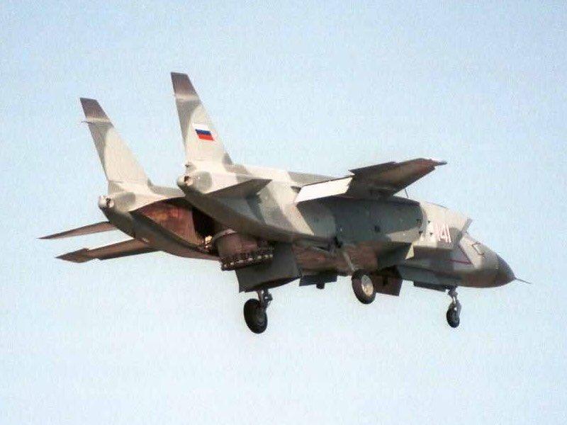 هل تعتبر المقاتله YAK-141 السوفييتيه الاب الروحي للمقاتله الامريكيه F-35B ؟ C72gwWDU8AEH7Lk