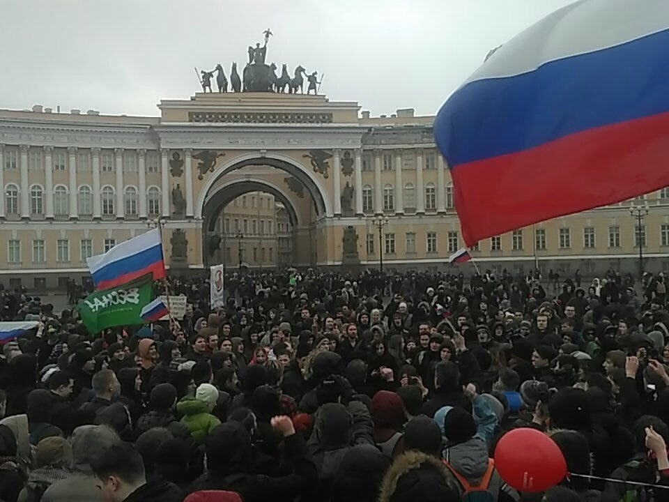 In #StPetersburg, #Russia, anti-#corruption #protest of thousands continues:   #RussiaProtests<br>http://pic.twitter.com/Y8EsKwTewH