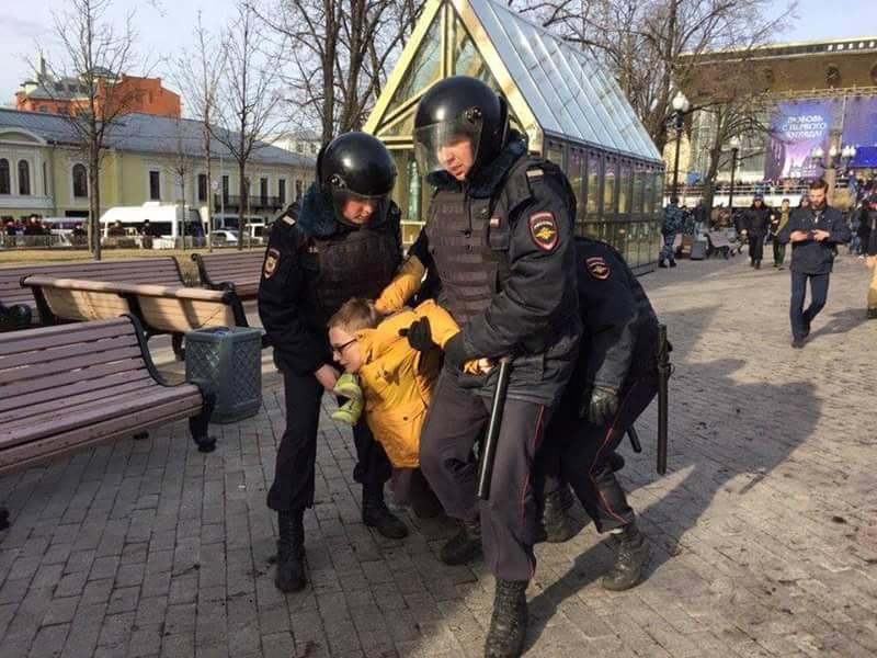 В Москве массово задерживают протестующих - уже более 900 человек. Полиция применяет спецсредства - Цензор.НЕТ 566
