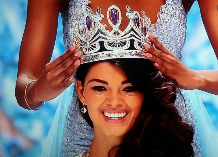 Miss South Africa 2017 is Demi-Leigh Nel-Peters C73DMUIW4AAZuKK