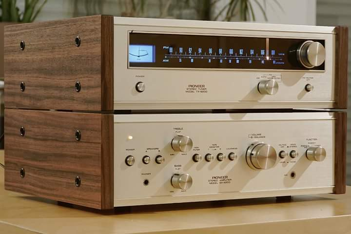 #Pioneer TX-6200 AM/FM Stereo Tuner (1973-75). Pioneer SA-6200 Stereo Integrated Amplifier. Power output: 15 watts per channel into 8Ω. <br>http://pic.twitter.com/hECiqwrmMf