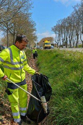 #DéveloppementDurable Ramassage déchets bords des routes #Gard début de la mobilisation générale des agents  du Département  pour la semaine <br>http://pic.twitter.com/ypUG5lDLCp