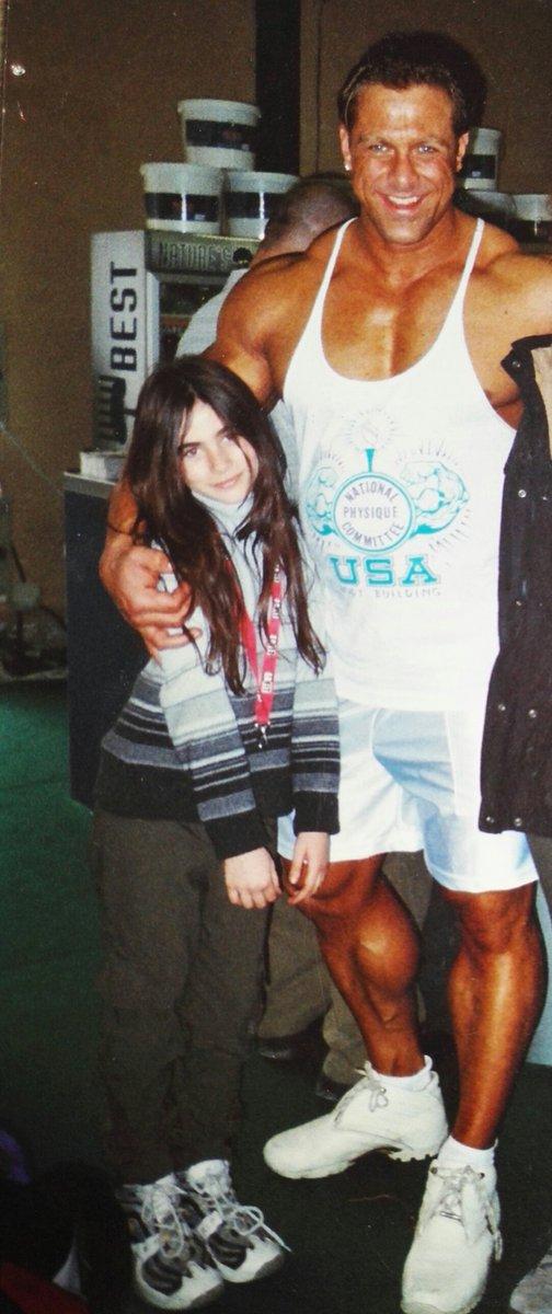 J&#39;ai retrouvé ma photo avec Jay Cutler !  Toute petite mais déjà fan de muscu :D  #bodybuilding <br>http://pic.twitter.com/faciDWYkOx