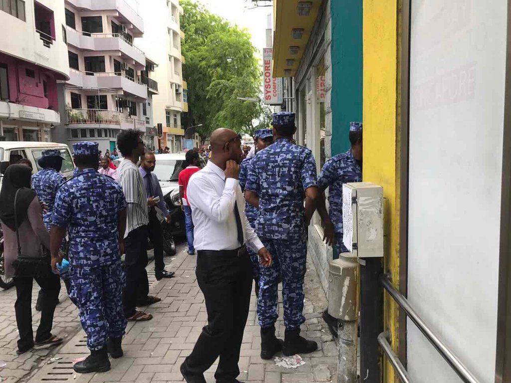#BREAKING: Police enters MDP main office in Male&#39;. <br>http://pic.twitter.com/iu1QRpQ8RS<br>http://pic.twitter.com/8lq2x6fxGC