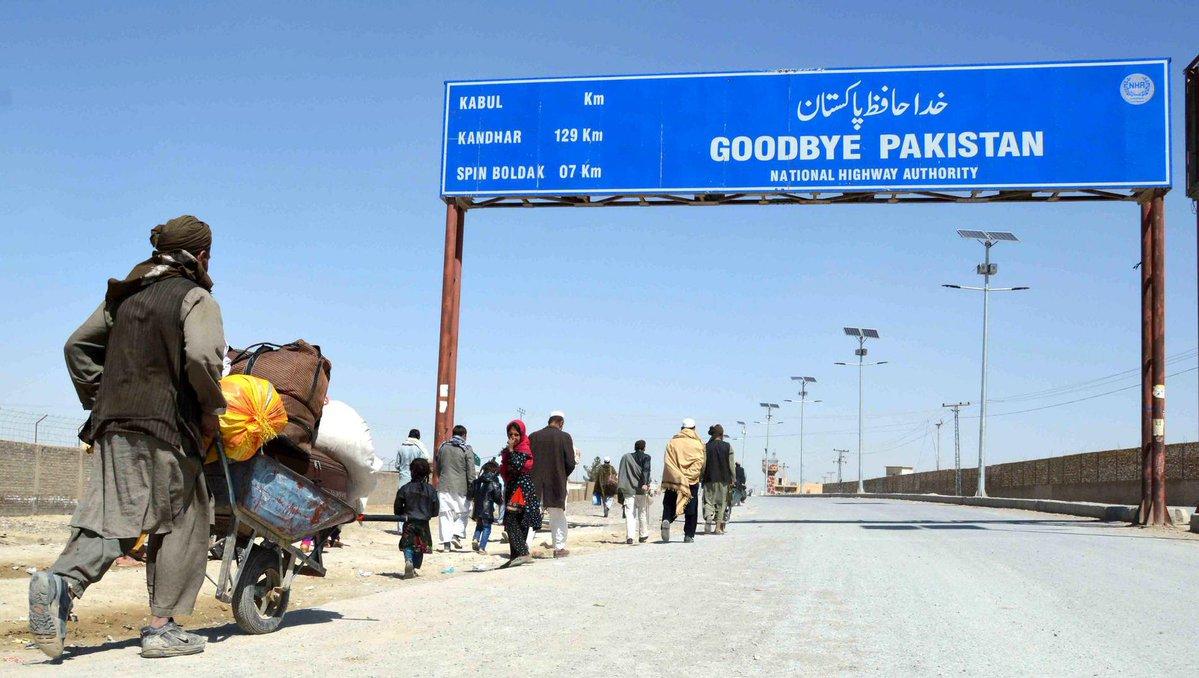 Le #Pakistan construit une barrière à sa #frontière avec l&#39;Afghanistan . http:// ln.is/www.7sur7.be/7 s7/fr/W68yF &nbsp; …  #Afghanistan<br>http://pic.twitter.com/9C1oy1qZ4G
