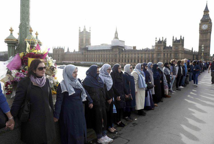 Londres : des musulmanes forment une chaîne humaine contre le terrorisme  https:// limportant.fr/infos-monde/3/ 360783 &nbsp; …  #Monde <br>http://pic.twitter.com/6giCtJ6QY4