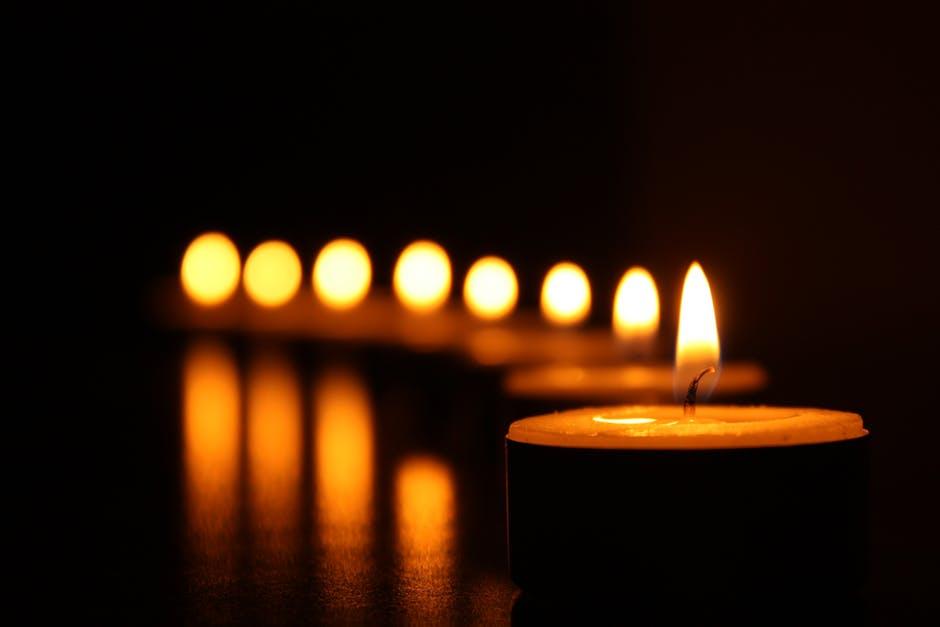 Dale un toque acogedor a tu boda utilizando velas como parte de la iluminación. https://t.co/js6jXqHsQZ Vía: @BlogDeUnaNovia https://t.co/RsWvlEWHIu