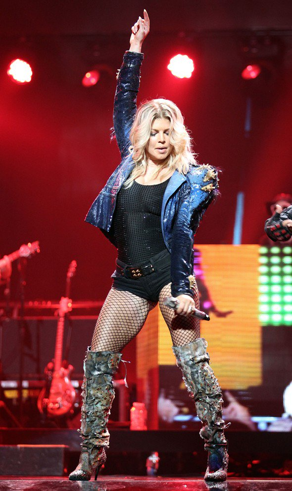 Happy Birthday to my favorite singer who is alawys kiling it on stage ! Love you