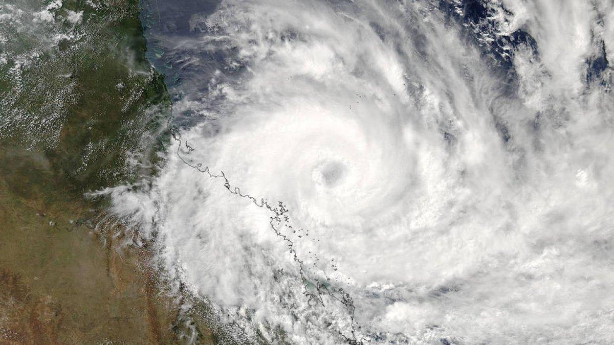 """Australia: immagini del """"mostruoso"""" ciclone Debbie"""