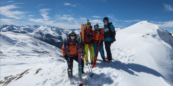 Nuestra querida Carme haciendo #heliesquí🚁 en el Valle de Arán de la mano de @PyreneesHeliski.⛷️ [REPORT 📷]➡️https://t.co/PnGOCHZ5sY