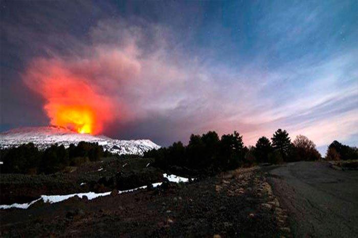 Esplosione cratere Etna: soprendenti immagini video dei turisti feriti dal Vulcano