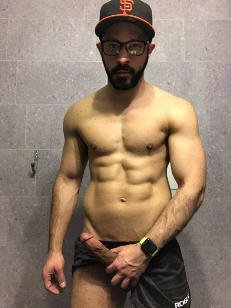 ハーフな裸の写真を撮らないことそれは少し遠すぎる、それはショーのようなものです。私が誰かを捜しているとき:私は彼が人として、彼の男らしい胸ではなく、誰であるかに魅了されたい。彼が良い道徳的な性格を持っているならば、男らしい胸を持つことはちょうどボーナスポイントです。しかし、関係を捜すとき、彼の形は私にとって重要な要素ではありません。