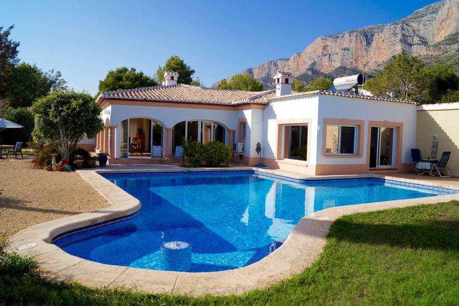 #javea villa reduced by 50K  http://www. costablancapropertydeals.com/view-blog-post /269-property-news-javea-5-bed-villa-reduced-by-50k.html &nbsp; … <br>http://pic.twitter.com/DtkNe1AYm0