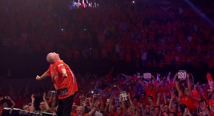 Everybody loves Raymond in Rotterdam! 😱🔶 #LoveTheDarts https://t.co/oM...