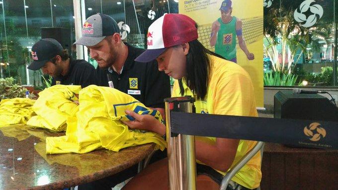 Tá em Aracaju, #TorcidaBrasil? Corre pro Shopping Jardins que tá rolando sessão de autógrafos com @AlisoneBruno e Duda! 💛💙