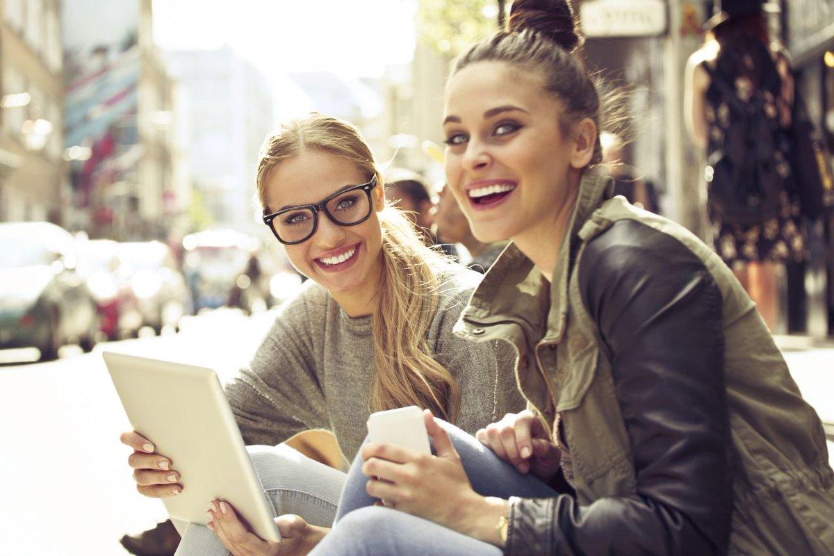 [#Mobile] Le #smartphone, l&#39;accessoire indispensable pour les fashionistas pendant les #soldes  http:// buff.ly/2mTJJiX  &nbsp;    @LaParisienne<br>http://pic.twitter.com/4jCMvZ3Oxv