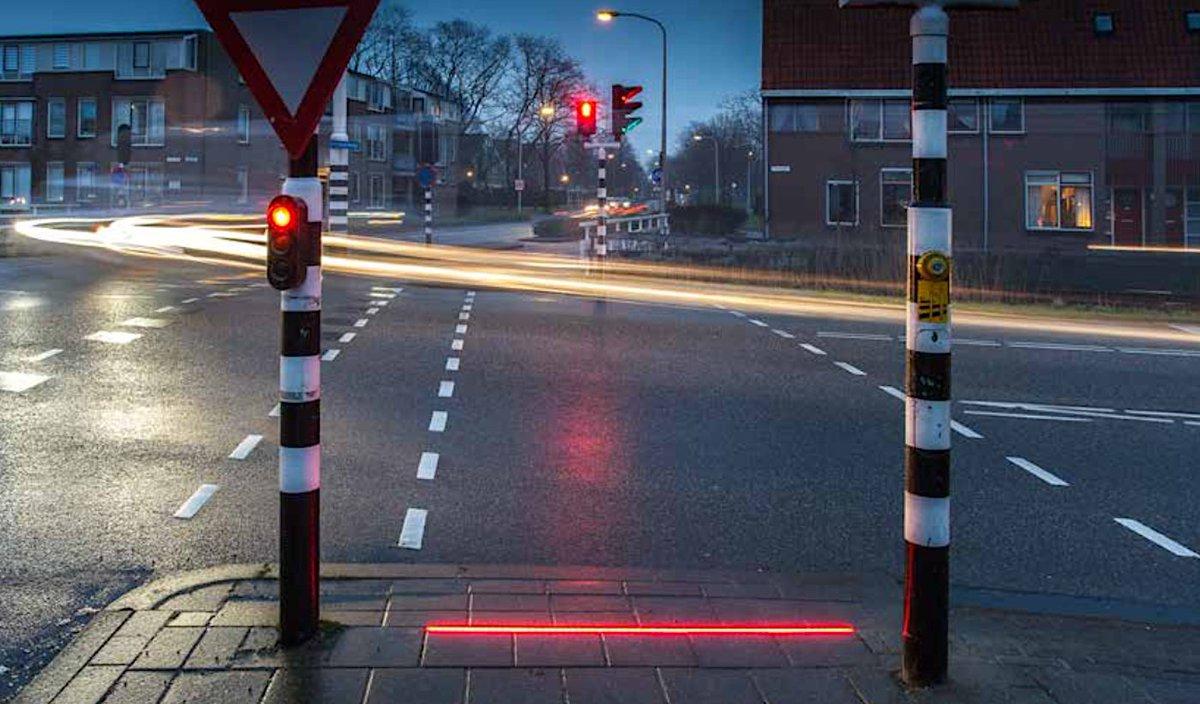 スマートフォン化した通行人、誰も彼もがいつも下を向いているので信号光を道路に照らす、オランダ中部の街ボーデグラヴェンの試み