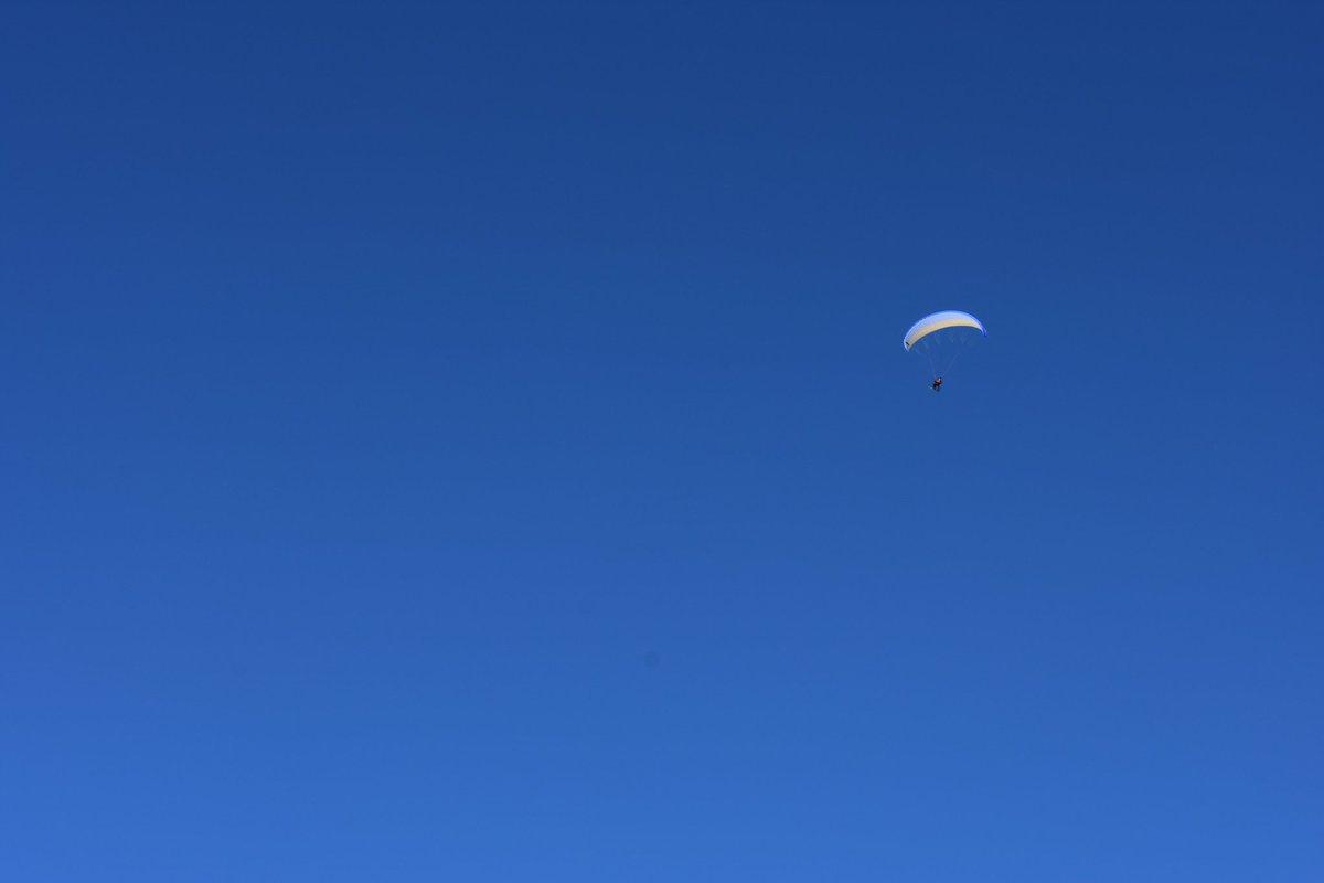 Temps de rêve pour s&#39;envoyer en l&#39;air! #bluesky #parapente  #maurienne @SavoieMontBlanc @LesSybelles @auvergnerhalpes<br>http://pic.twitter.com/vnmIFcdmdX