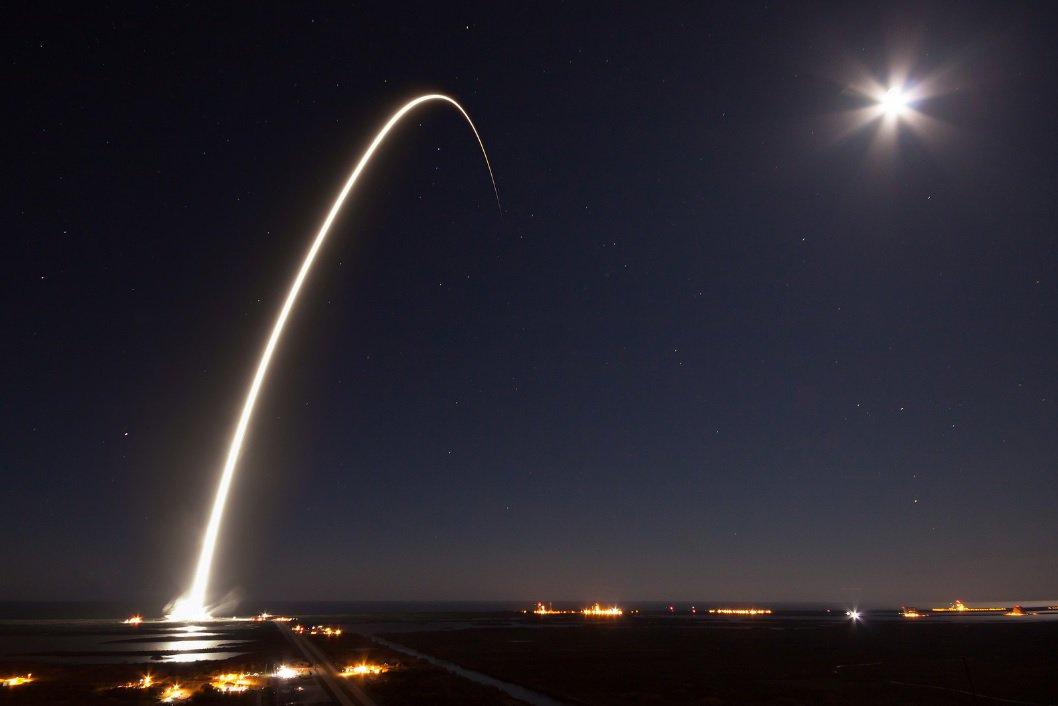 Lancement d&#39;un #satellite de communication par la #fusée #Falcon9 hier au centre spatial Kennedy (#Floride, #USA) :  https:// goo.gl/BsRzZq  &nbsp;  <br>http://pic.twitter.com/zLSZ3dXPZW
