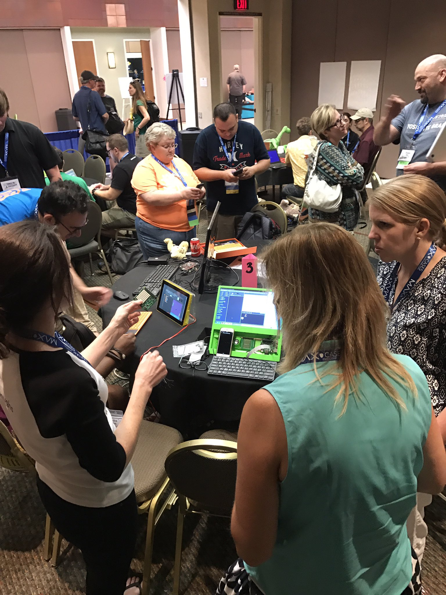 Impromptu @Raspberry_Pi meet-up. Love the energy and enthusiasm of all of these people. #cue17 https://t.co/Zy10VZzQKX
