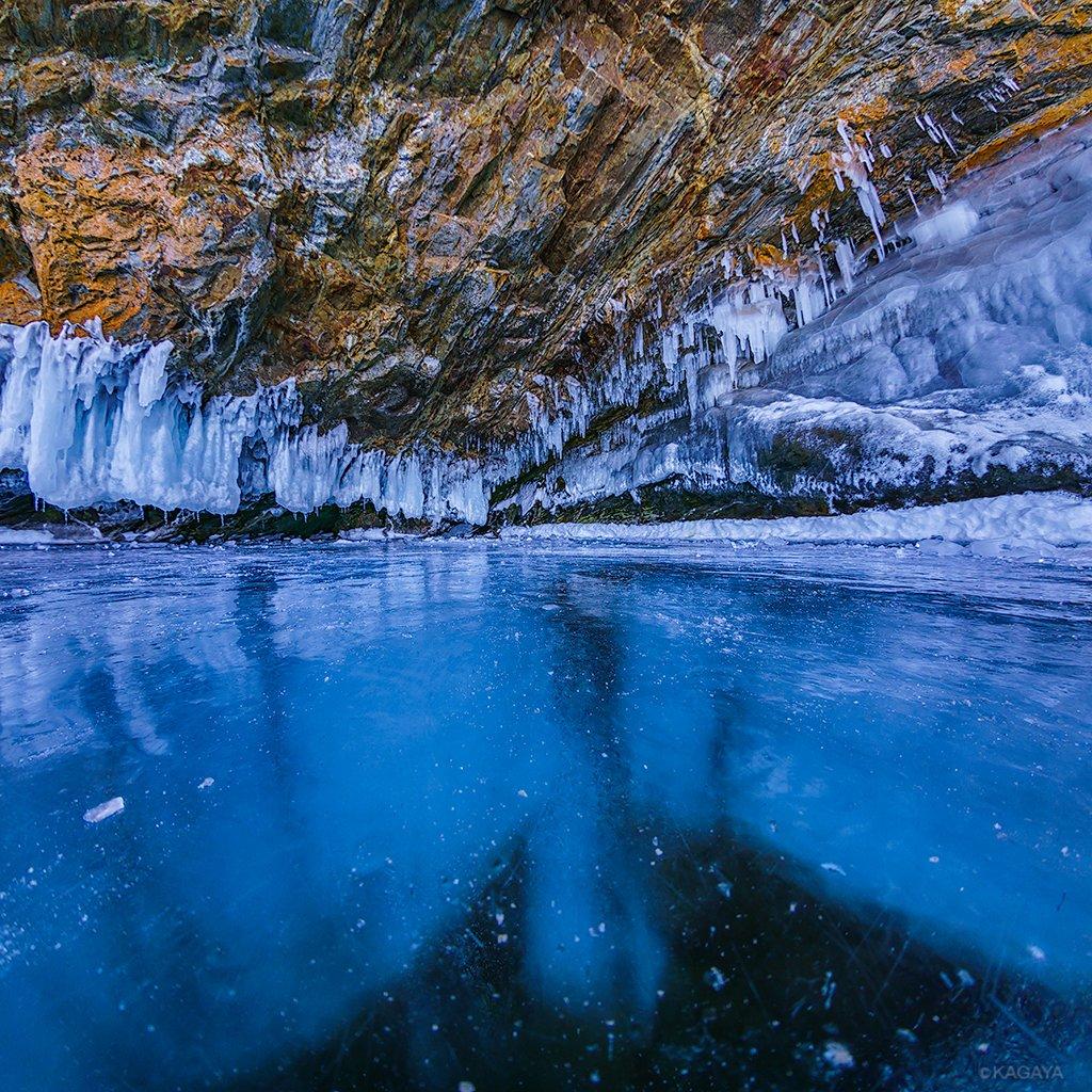 氷の厚さは1メートルほどですが、透明度が非常に高く、まるで水の上を歩いているような不思議な体験でした。2枚目は氷の上に置いたわたしの機材バッグです。(一昨日、ロシアのバイカル湖にて撮影)