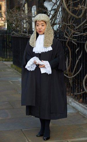 영국 법조계 최고의 권위와 명예인 Queen's Counsel에 한국인 변호사 이덕주씨 임명. 소수민족에게 장벽이 높은 영국사회. 같은 한국인으로서 정말 자랑스럽네요 https://t.co/ZrA0KlZd4I https://t.co/rC7MWpQrFz