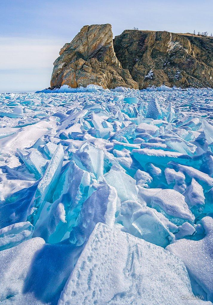 凍結したバイカル湖でターコイズブルーに輝く氷たち。 雪のように見えたデコレーションは近くで見るとふわふわの霜でした。 (一昨日、ロシアのバイカル湖にて撮影)