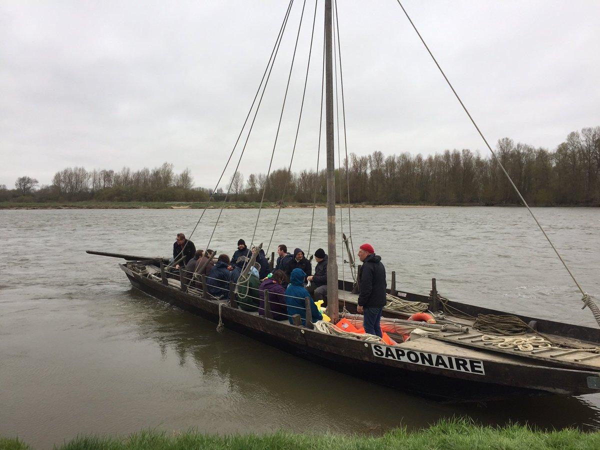 @EDFSaintLaurent accompagne en bateau traditionnel les volontaires mobilisés pour #Agissons pour une #Loire propre #enviro <br>http://pic.twitter.com/isWAbYtxWU