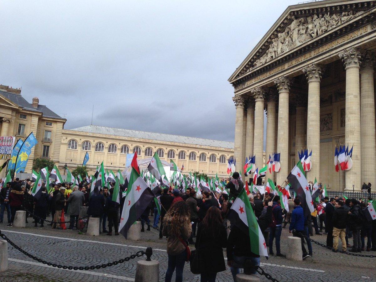 Rassemblement en soutien au peuple syrien, après 6 années de guerre #paris #syrie #alep #aleppo #syria #RévolutionSyrienne #savesyria<br>http://pic.twitter.com/3ntdG82pvO