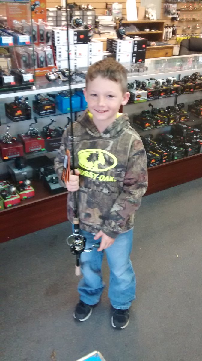 Local Tackle shop owner gives Colton a spinning rod and reel combo when we stopped for minnows Today. https://t.co/iwLP3HXYm2