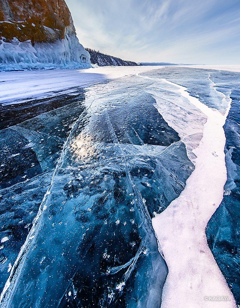 バイカル湖は冬の間1メートルほどの厚さの氷で覆われ、その上を車で走ることもできます。 氷には縦横無尽に亀裂が走っていて、上から見るとその亀裂の底まで透けて見えています。(先日撮影)