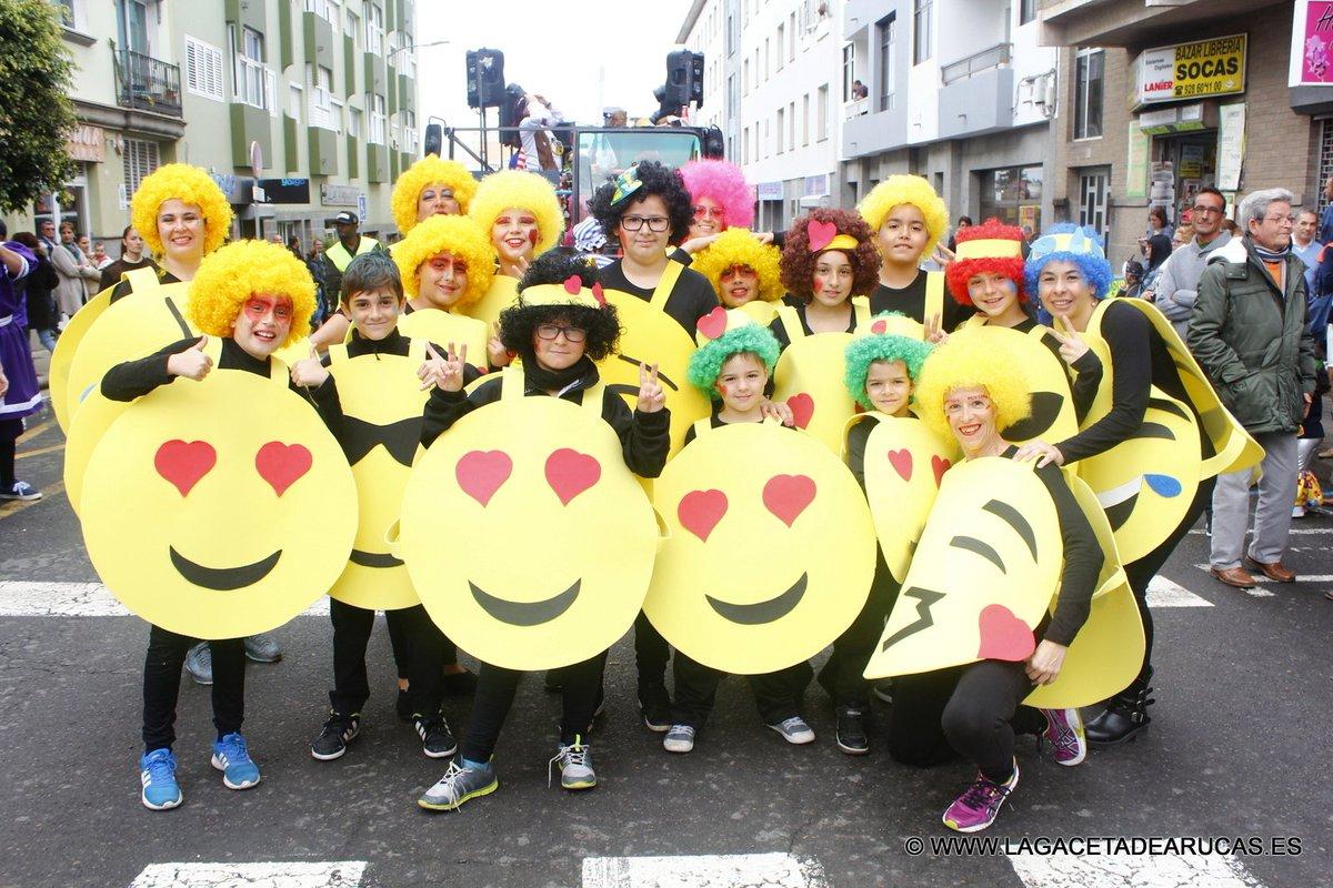 Los más carnavaleros disfrutan de la #Cabalgata  https:// goo.gl/NGy008  &nbsp;   #Arucas #Carnaval #CarnavalArucas<br>http://pic.twitter.com/EErAUopl1W