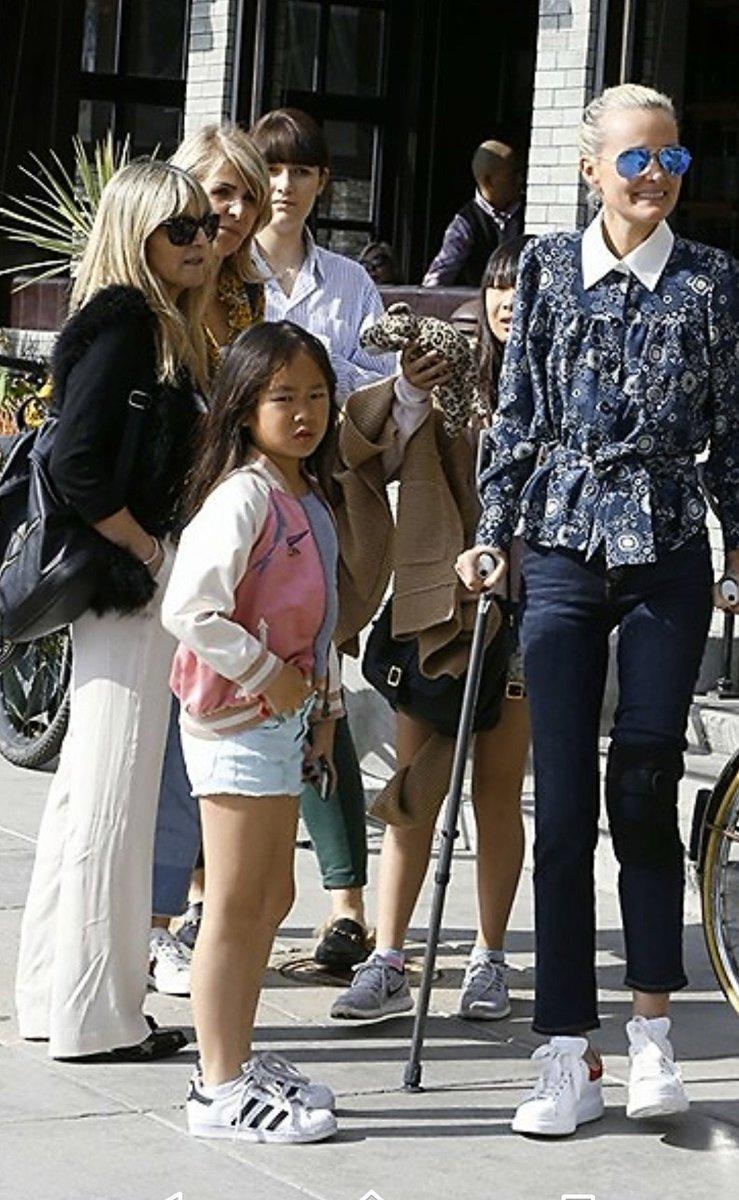 @JohnnySjh @LHallyday Santa Monica #anniversaireLaeticia Maman, sœur #familytime  #Purebonheur <br>http://pic.twitter.com/xVUCIkcT2T