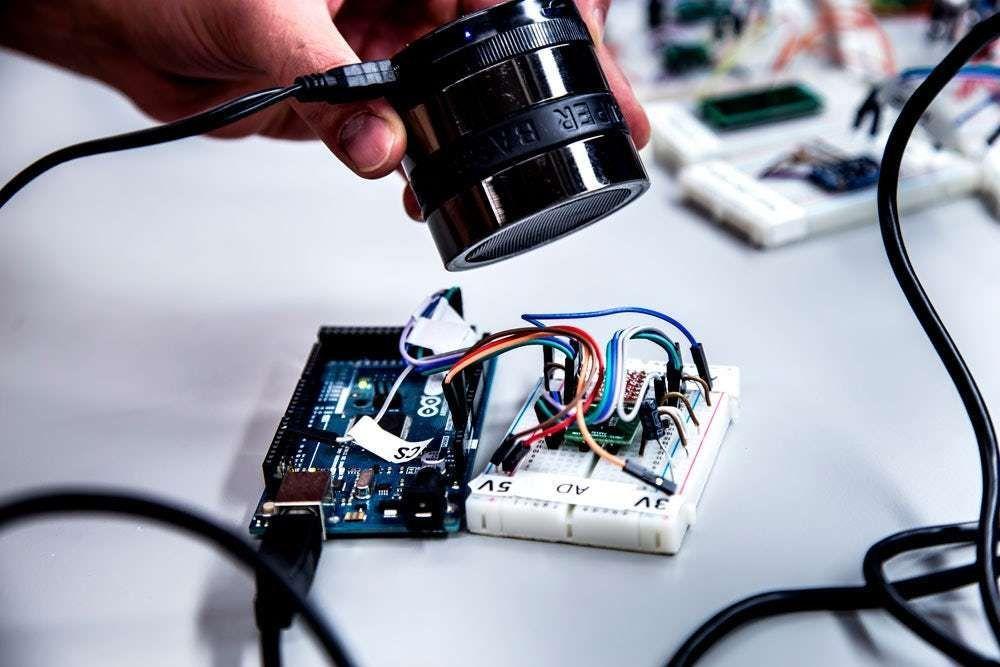 Des chercheurs ont réussi à pirater des #smartphones et des #voituresautonomes grâce aux ondes sonores   http:// bit.ly/2nHUp1E  &nbsp;  <br>http://pic.twitter.com/XEZ4DwS8uC
