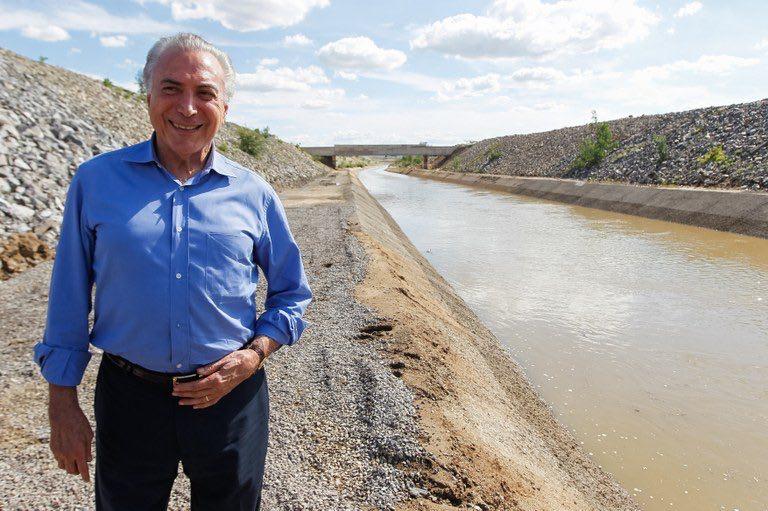 Presidente ilegítimo na solidão golpista de quem se apóia na Globo e no PSDB X Lula cercado pelo povo. Água do S. Francisco chega à Paraiba.