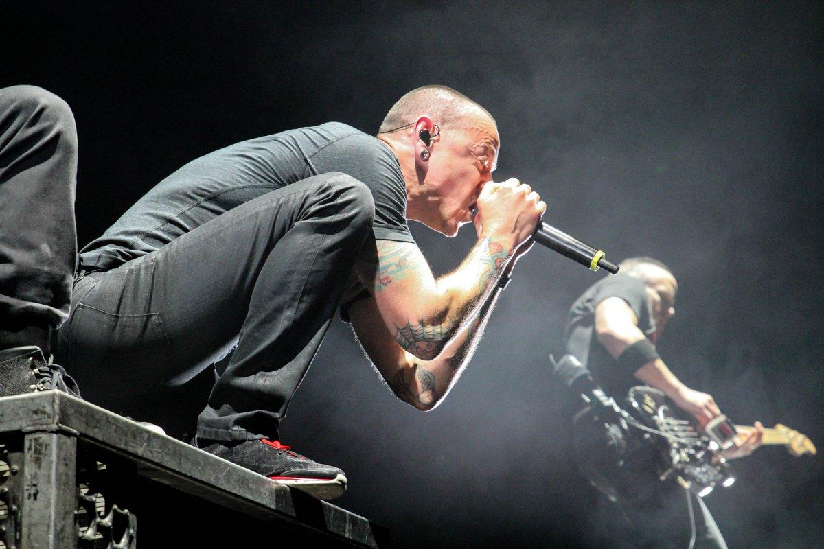 Jadi Ngepop, Linkin Park Dilempar Teko Saat Manggung