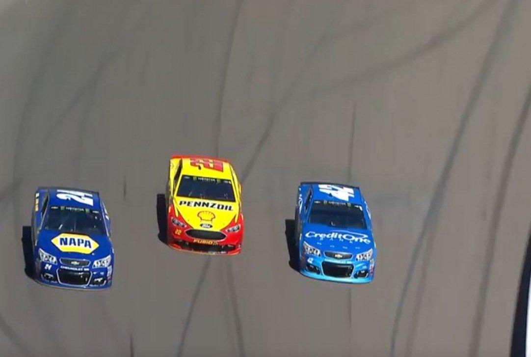 #NASCAR - [VIDÉO] Bataille à trois pour la tête de la course  http:// dlvr.it/NgLxQX  &nbsp;   - via @usracingcom<br>http://pic.twitter.com/MWGrsrauu3
