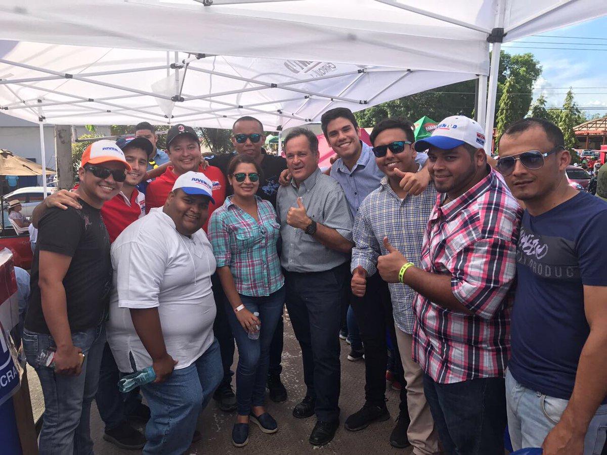 Esperando el inicio de la #cabalgata en honor a #SanJosé de #David #Chiriquí en la tarima de la @JuventudPRD11<br>http://pic.twitter.com/7BGkILf3x0