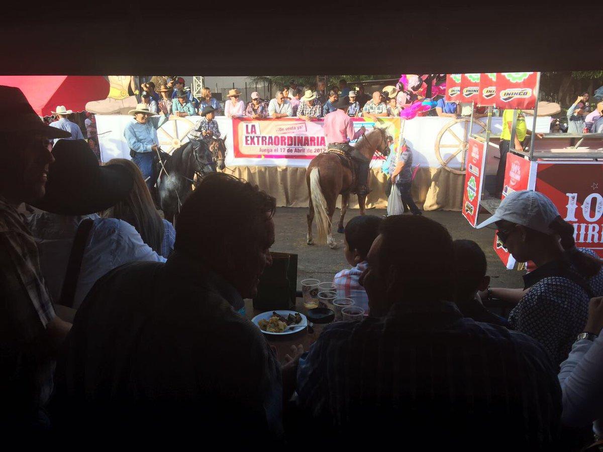 Con mi compadre en la tarima de Carta Vieja poniéndome al día y presenciando la #cabalgata en honor a #SanJosé de #David en #Chiriquí<br>http://pic.twitter.com/KJkqaC4MOb