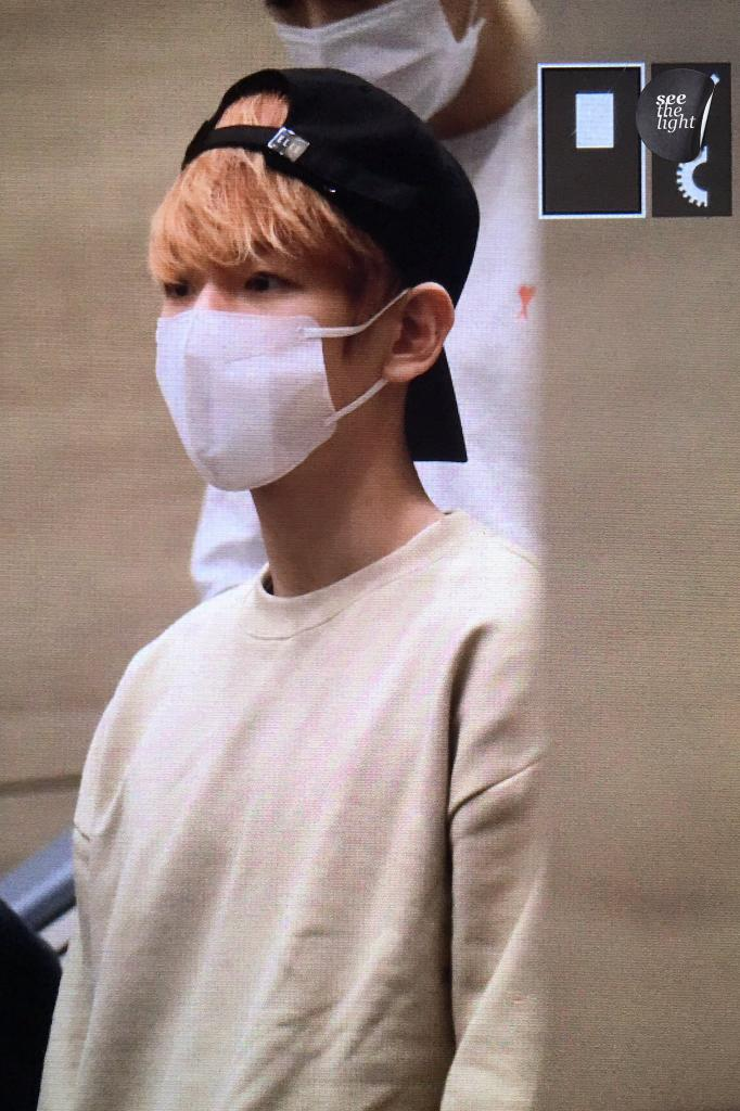 {#EXOPreview} 170320 : #Baekhyun @ ICN Airport back from Malaysia (cr.see the light)pic.twitter.com/7hebJ5C5vl