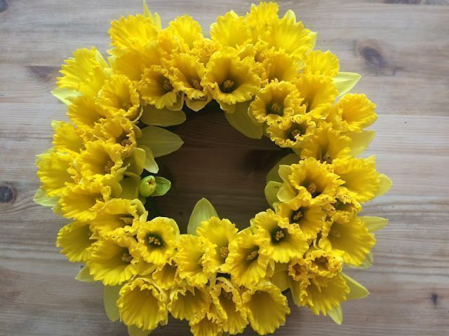How to Make a Daffodil Wreath